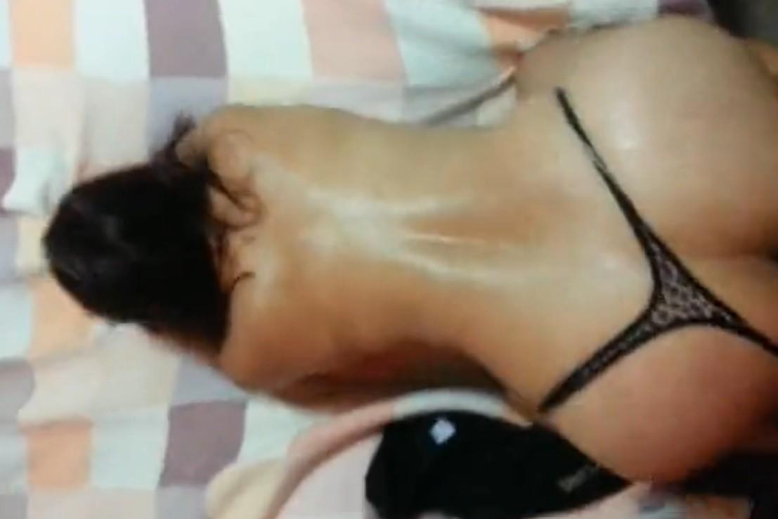 CULONA MEXICANA EN TANGA RECIBIENDO VERGA DE PERRITO