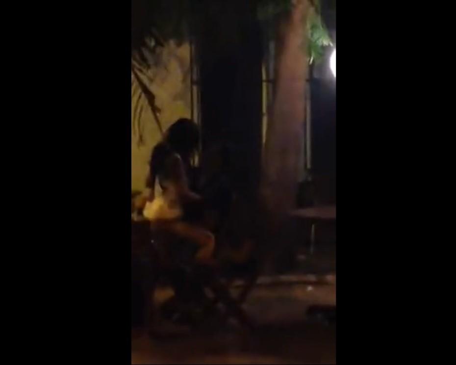 COLOMBIANA CULIANDO EN PARQUE DE SANTA MARTA