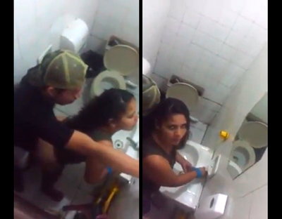PAREJA DE GUATEMALA TIENE SEXO EN EL BAÑO DE UN BAR